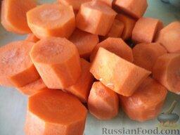Аджика кабачковая с помидорами: Как приготовить кабачковую аджику на зиму:  Морковь почистить, помыть, нарезать на кусочки.