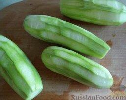 Аджика кабачковая с помидорами: Кабачки помыть и очистить.