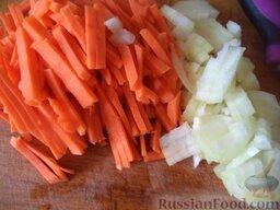 Сырный суп с зеленью: Тем временем почистить и помыть лук и морковь. Лук нарезать кубиками. Морковь нарезать тонкой соломкой.