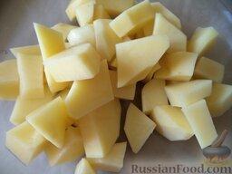 Сырный суп с зеленью: Очистить картофель, помыть, нарезать кусочками.