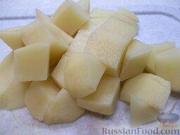 Суп с плавленым сырком: Картофель почистите, помойте, порежьте кубиками и добавьте в кастрюлю.