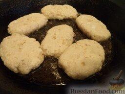 Котлеты из хека (минтая): Сковороду разогреть, налить растительное масло. В горячее масло выложить подготовленные котлеты.
