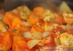 """Курица с овощами """"Марракеш"""": Уменьшаем огонь, перемешиваем. Осталось добавить немного черного перца и сухой петрушки, подсолить.   Ставим курицу с овощами на очень слабый огонь на 35 минут. Батат должен стать мягким, а соус – загустеть."""