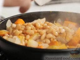 """Курица с овощами """"Марракеш"""": Фасоль из банки промываем и добавляем в сковороду."""
