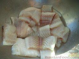 Жареная рыба под овощным маринадом: Как приготовить жареную рыбу под маринадом:    Филе рыбы разморозить, вымыть, отжать излишнюю влагу. Разрезать на порционные куски. Посолить, перемешать, оставить на 20 минут.