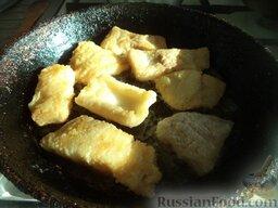 Жареная рыба под овощным маринадом: Разогреть сковороду, налить растительное масло. В горячее масло выложить рыбу. Жарить с двух сторон до золотистого цвета, примерно по 3 минуты на среднем огне.