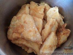 Жареная рыба под овощным маринадом: Выложить рыбу в кастрюльку. Так пожарить всю рыбу.