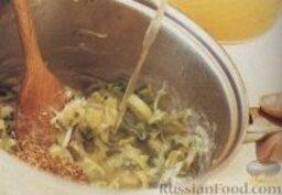 Луковый суп с голубым сыром: 4. Залить содержимое сковороды бульоном, помешивая, довести до кипения.     5. Уменьшить огонь и варить луковый суп под закрытой крышкой около 15 минут. Проверить на соль, при необходимости луковый суп посолить и поперчить.    6. Подавать луковый суп в порционных тарелках, посыпав зеленым луком и сыром (по желанию).