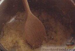 Каталонский картофельный суп-пюре с бобами: Как приготовить каталонский картофельный суп-пюре с бобами:    1. В большой толстостенной кастрюле разогреть оливковое масло, высыпать лук, жарить, помешивая, около 5 минут, до мягкого состояния.     2. Добавить в кастрюлю картофель, бобы и бульон, довести до кипения, варить около 5 минут.    3. Ввести в суп кинзу, готовить еще примерно 10 минут.