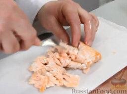Котлетки из лосося: Берем охлажденную рыбу. Очень аккуратно вилкой разбираем филе на маленькие кусочки.
