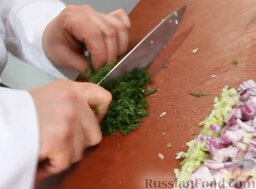 Котлетки из лосося: Укроп нарезаем меленько.