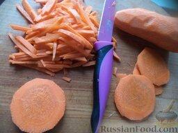 Красный борщ со шкварками и фасолью: Морковь очистить, помыть, нарезать тонкой соломкой.