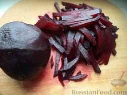 Красный борщ со шкварками и фасолью: Готовую свеклу очистить, нарезать тонкой соломкой.