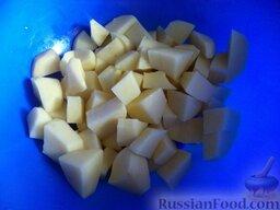 Красный борщ со шкварками и фасолью: Картофель очистить, помыть, нарезать кусочками.