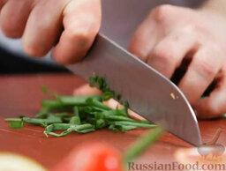 Борщ с пампушками: Пока тушатся овощи-корнеплоды, режем зеленый лук.