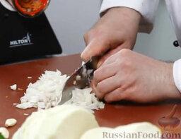 Борщ с пампушками: Мелко крошим оставшуюся половину луковицы.