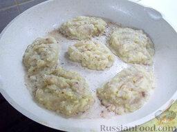 Рыбные котлеты с картофелем: Сформируйте рыбные котлеты и выкладывайте их жариться на горячую сковороду.