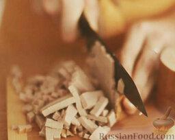 Оливье: Как приготовить салат оливье с колбасой:    Колбасу нарезать мелкими кубиками.