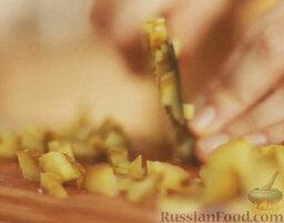 Оливье: Огурцы нарезать мелко.