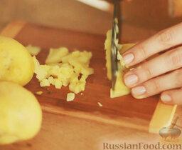 Оливье: Картофель очистить и нарезать мелко.
