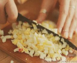 Оливье: Яйца очистить и измельчить.