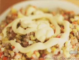 Оливье: Добавить майонез. Перемешать. Посолить салат оливье с колбасой по вкусу и снова перемешать.