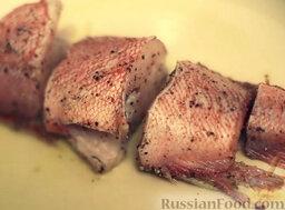 Морской окунь с овощами: На сковороде разогреть масло. Выложить куски рыбы на сковороду и обжарить с двух сторон.