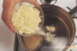 Суп-пюре с лососем и сливками: 1. В большой толстостенной кастрюле на среднем огне разогреть оливковое масло, высыпать репчатый лук, порей, чеснок, сельдерей, болгарский перец и фенхель, накрыть крышкой и готовить овощи на медленном огне около 20 минут, до мягкого состояния овощей, но не позволить им поджариться.