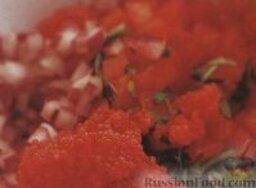 Суп-пюре с лососем и сливками: 5. Приготовить сальсу. В большую миску сложить свежие резаные помидоры и рубленый красный лук, перемешать. Добавить икру трески и рубленый щавель, перемешать, переложить в сервировочную тарелку, отставить сальсу в сторону.    6. Ломтики багета поджарить в ростере или на сковороде. Приготовить соус. Майонез смешать с чесноком и томатной пастой.