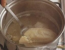 Молочный суп-пюре с пикшей: 2. Аккуратно достать рыбу из кастрюли, дать немного остыть, отделить мякоть от костей и кожи, разломать на кусочки.    3. Кости и кожу вернуть обратно в кастрюлю, варить минут 30.