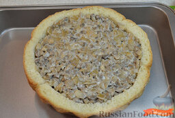 Жульен в хлебе: С хлеба ровно срезать верхушку. Удалить мякиш (хлеб не выбрасываем - можно высушить и сделать панировочные сухари).