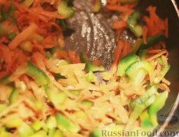 Минестроне: На сковороде разогреть растительное масло. Выложить морковь и перец, обжаривать 5 минут, помешивая.