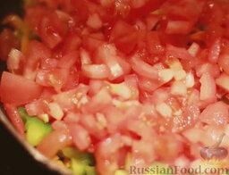 Минестроне: Добавить помидоры и тушить, помешивая, еще 5-7 минут.