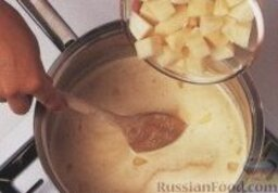 Рыбный суп карри: 3. Выложить в кастрюлю картофель, довести до кипения, накрыть кастрюлю крышкой, готовить картофель до мягкого состояния, около 15 минут.