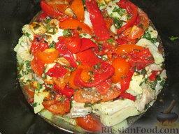 Таджин с рыбой и овощами: Выложить остатки овощей. Влить стакан воды. Тушить под закрытой крышкой на среднем огне 15-20 минут.