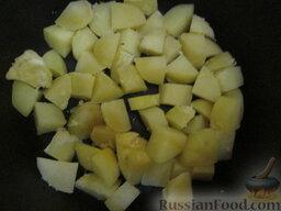 Таджин с рыбой и овощами: Тем временем мы приварили (10 минут с момента кипения) очищенный картофель в соленой воде. Нарезать картофель крупными кубиками и выложить на дно таджина или, как в моем случае, казана.