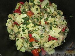 Таджин с рыбой и овощами: Выложить кусочки рыбы вместе с маринадом.