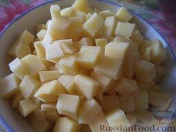 Суп рыбный с клецками: Картофель очистить, помыть. Один клубень отложить, остальной картофель нарезать небольшими кубиками. Картофель выложить в кастрюлю. Варить 20 минут.