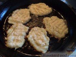 Постные драники (без яиц): Разогреть сковороду, налить растительное масло. Столовой ложкой выложить драники на сковороду. Жарить драники постные на среднем огне до золотистого цвета (около 2 минут).