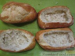Жульен в булке: Берем булочки, лучше из твердого хлеба, батон не подойдет. Срезаем верхнюю центральную часть. Вынимаем мякиш