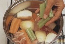 Рыбный суп с мидиями: Как приготовить рыбный суп с мидиями:    1. В большую кастрюлю сложить пастернак, морковь, лук, сельдерей, бекон, рыбьи головы, налить лимонный сок, добавить щепотку шафрана. Залить содержимое кастрюли 900 г воды, довести до кипения, готовить на медленном огне около 20 минут (воды должно стать в два раза меньше).