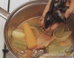 Рыбный суп с мидиями: 2. Уже раскрытые или поврежденные мидии удалить, а остальные выложить в кастрюлю с бульоном, готовить около 4 минут, до раскрытия раковин.     3. Процедить рыбный суп с мидиями через сито, удалить из него всё, кроме раскрывшихся раковин (нераскрывшиеся раковины удалить).     4. Из раскрывшихся раковин достать мясо мидий, отложить в сторону.    5. В кастрюлю с процеженным бульоном добавить шалот и порей, довести до кипения, варить около 5 минут. Затем добавить укроп и пикшу, готовить еще 5 минут.     6. Аккуратно достать рыбу из кастрюли и разломать на небольшие кусочки.
