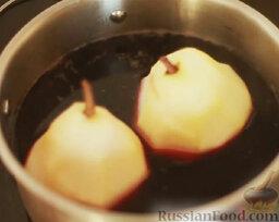 Груша в вине: Погрузить груши в вино и варить на среднем огне примерно 10 минут.