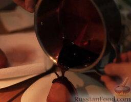 Груша в вине: При подаче полить груши соусом.