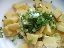 Сырный суп с курицей: Очистить и помыть картофель, нарезать небольшими кусочками. Лук зеленый помыть, нарезать.
