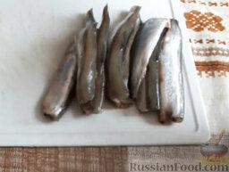 Мойва под соусом: У мойвы отрезать голову, очистить рыбу от внутренностей, отрезать хвост и плавник на животе.