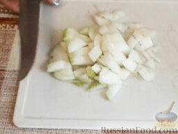 Мойва под соусом: Лук очистить и нарезать небольшими кубиками.