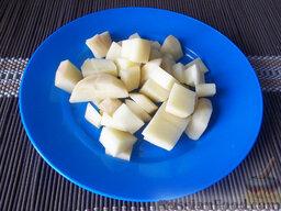 Борщ на свиных ребрышках: Картофель очистите, помойте и порежьте кубиками. Когда бульон будет почти сварен, отправьте в него вариться картофель. При этом головку репчатого лука извлеките и выкиньте. Необходимо было, чтобы лук только отдал свой аромат и вкус, что он и сделал.