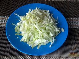 Борщ на свиных ребрышках: Капусту помойте, нашинкуйте и отправьте вариться вслед за картофелем.