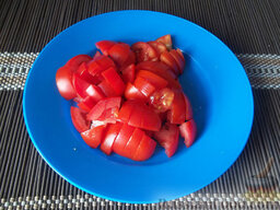 Борщ на свиных ребрышках: Когда картофель и капуста будут сварены, добавьте тушеную свеклу и вылейте в кастрюлю бульон, в котором она тушилась. После этого сразу помойте и порежьте кубиками помидоры, которые положите в борщ.